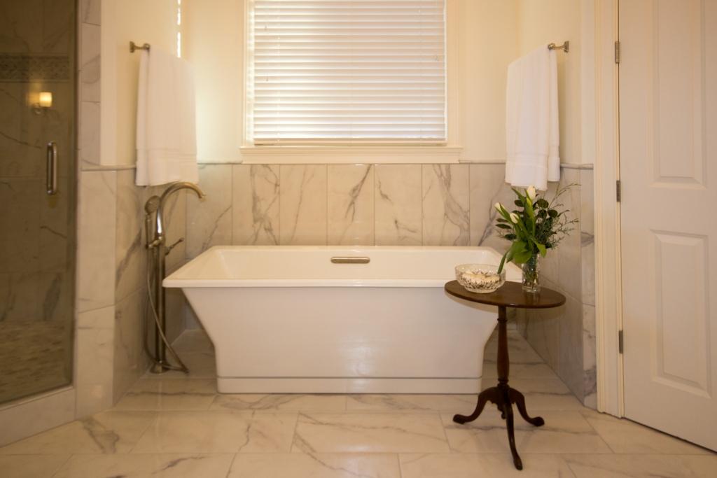 Standalone White Tub